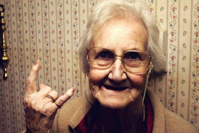 Вот так фокус: бабушка удивила мужа смешным розыгрышем. Видео