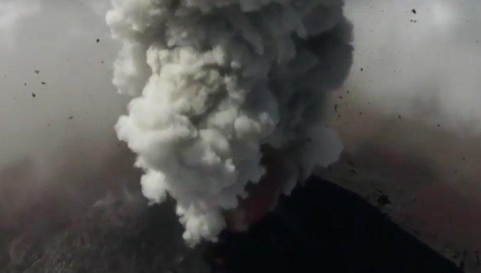 Завораживающие кадры извержения вулкана в Гватемале. Видео