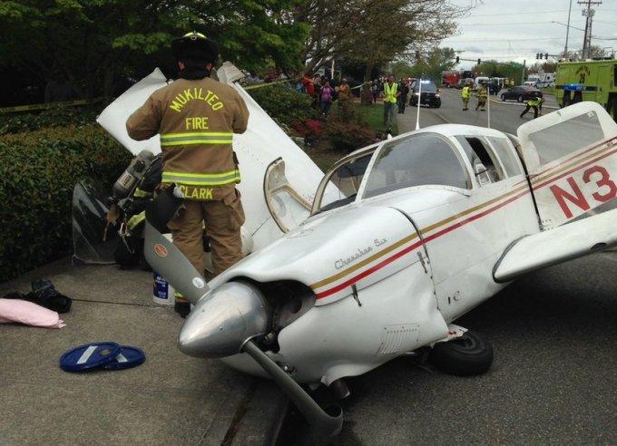 Люди чудом выжили: в Вашингтоне самолет упал на трассу и взорвался. Видео