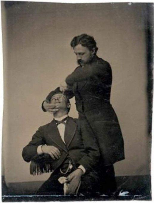 Эти давние снимки «у стоматолога» наводят ужас на общество. Фото