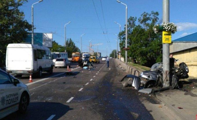 В Одессе иномарка влетела в столб и разорвалась на части: есть жертвы