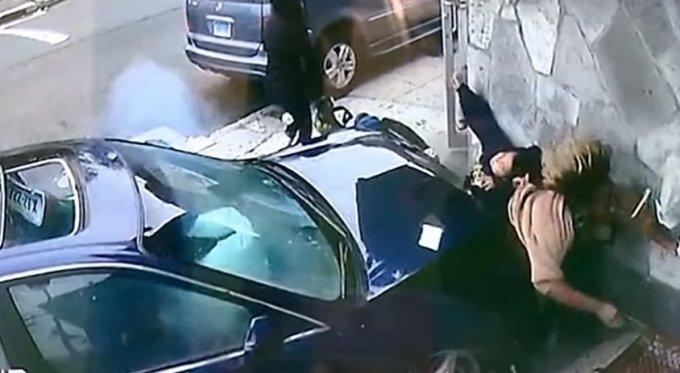 В США автомобиль сбил подростка и женщину, вдавив их в стену. Видео