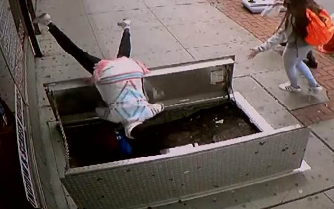 67-летняя американка свалилась в шахту. Видео
