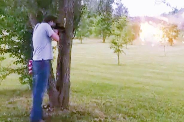 Мужчина едва не погиб, выстрелив в холодильник, набитый взрывчаткой. Видео
