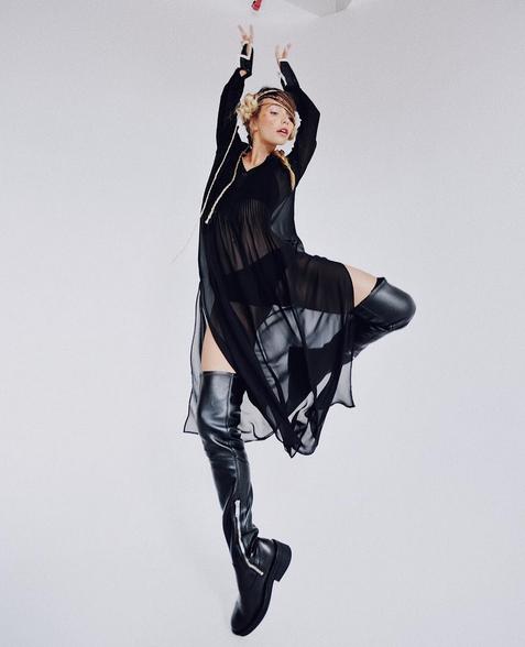 Ведущая «Орла и Решки» в прозрачном платье показала чудеса гибкости