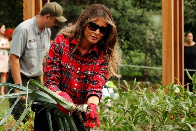Закатала рукава и ушла в огород: Меланья Трамп сильно удивила планету. Фото