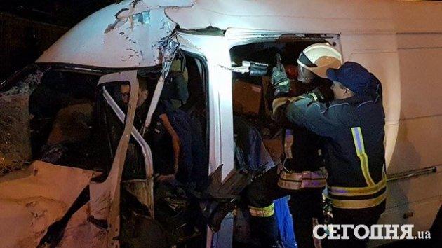 Лобовое ДТП под Киевом: фура и микроавтобус разбиты в хлам