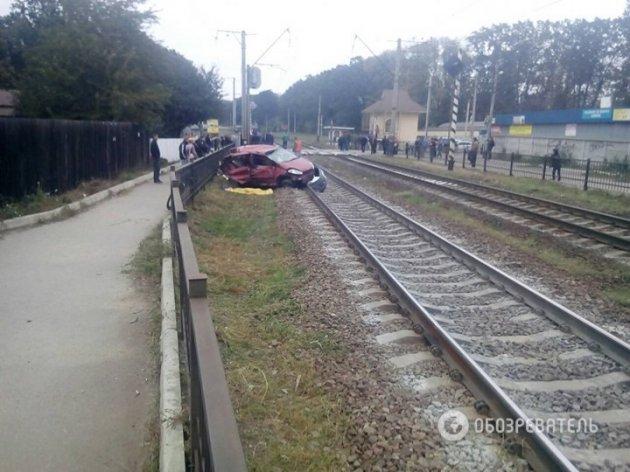 Есть жертвы: под Киевом поезд на скорости протаранил легковушку