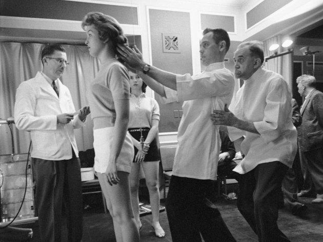 Как в 1956 году выбирали Мисс правильная осанка. Фото