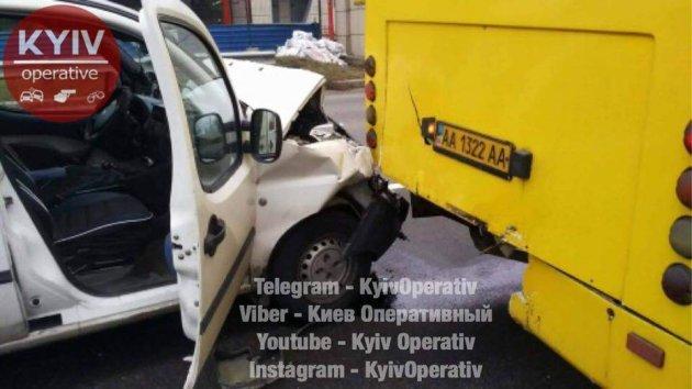 В Киеве грузовик перевернулся вверх колесами
