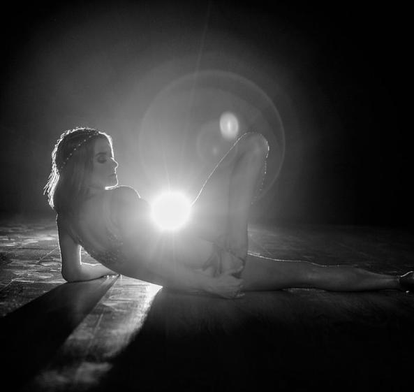 Наташа Могилевская легла на паркет и сфотографировалась