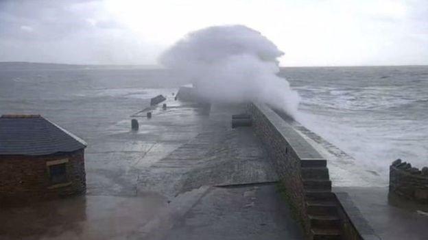 На Великобританию обрушился ураган: впечатляющие снимки стихии. Фото