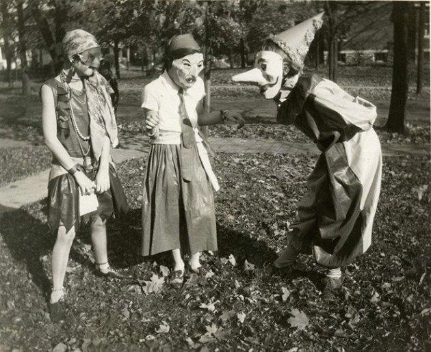 Варианты костюмов на Хэллоуин: вам понадобятся святая вода и крест. Фото