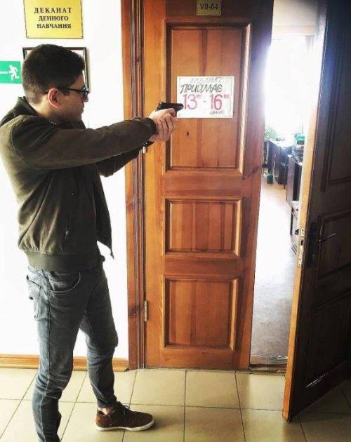 В Харькове парень среди бела дня открыл стрельбу по прохожим. Видео