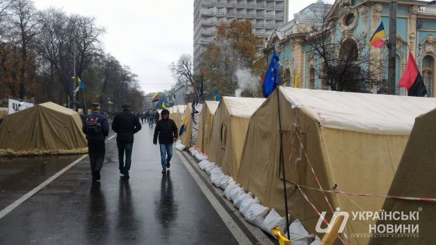 Палаточный городок под Радой обнесли забором и деревянными «ежами»