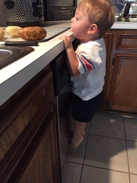 Смех до слез: забавные снимки детских шалостей