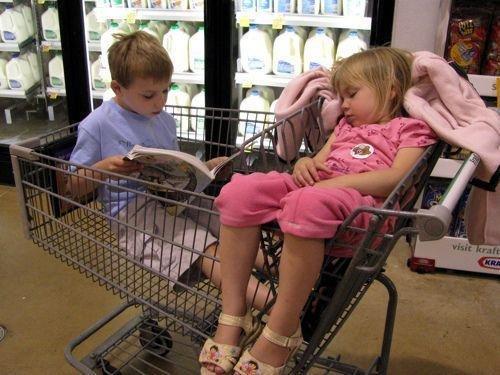 Эти дети нашли идеальное место для сна. Фото