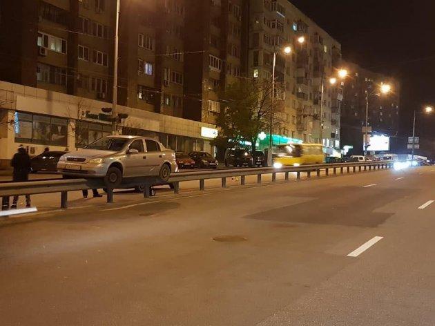 Чудеса равновесия: в Киеве произошло ДТП вопреки законам физики