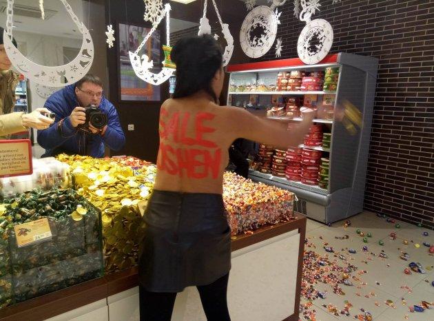 Активистка Femen устроила «черную пятницу» в киевском Roshen