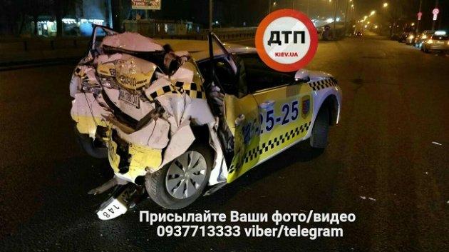 В Киеве фура протаранила два авто и врезалась в дерево