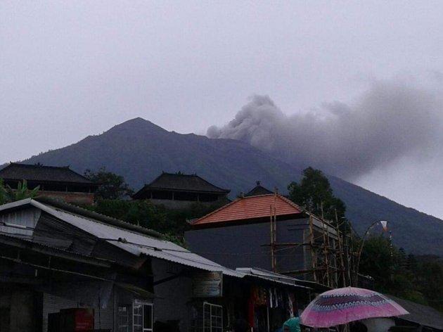 Извержение вулкана на Бали захватывает дух. Видео