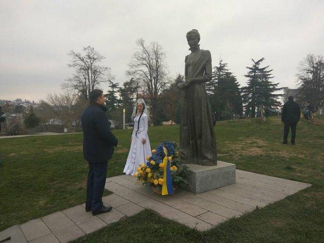 Гройсман открыл в Грузии памятник выдающейся украинке