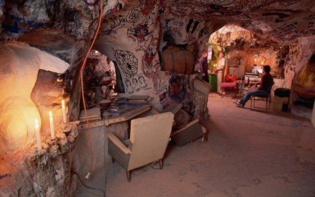 Как живется людям в «Норе белого человека». Фото