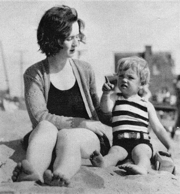 В Сеть просочились детские снимки Мерилин Монро