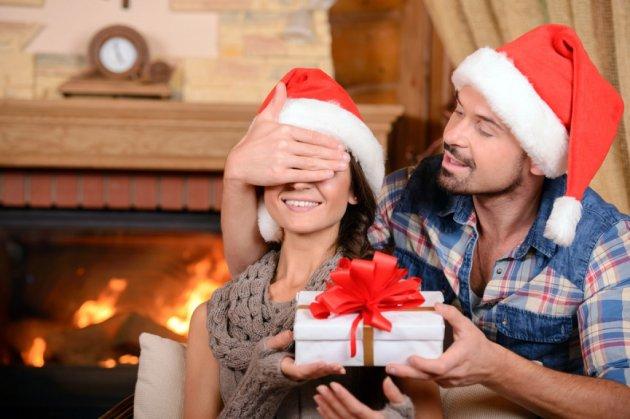 Чем побаловать на Новый год: лучшие идеи подарков для мужчин и женщин