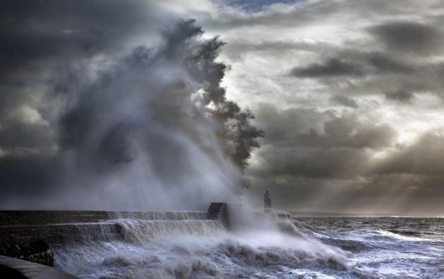 Завораживающие кадры штормовых волн, обрушившихся на маяк. Фото