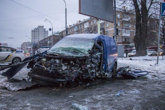 В Киеве Volkswagen врезался в столб: водителя «вырезали» спасатели