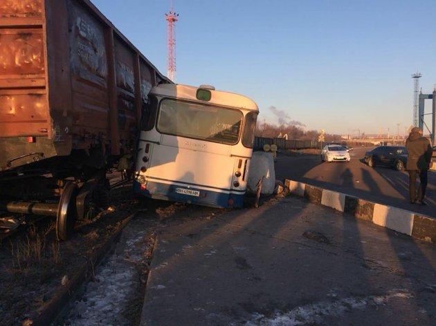 Под Одессой пассажирский автобус столкнулся с товарняком