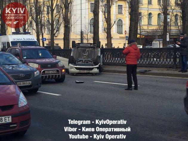 ДТП в Киеве: легковушка перевернулась на крышу