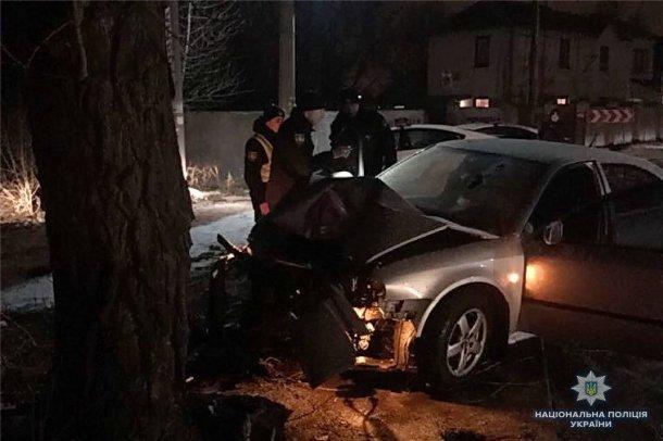 Погиб на месте от жутких травм: в Киеве Skoda протаранила дерево