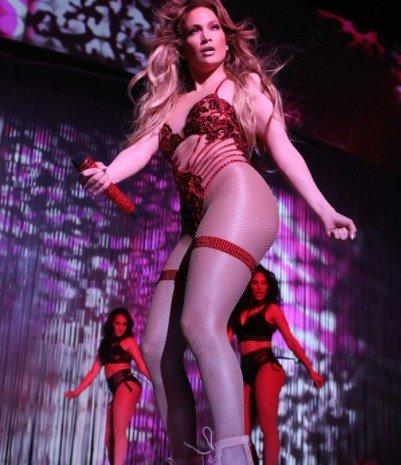 Дженнифер Лопес вышла на сцену в чересчур откровенном наряде
