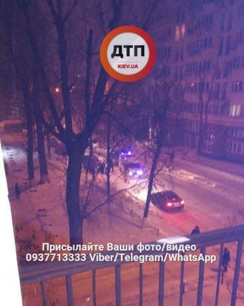 В Киеве внедорожник влетел в столб: пострадал водитель