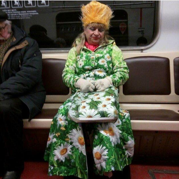 Хоть на подиум: украинцев развеселила «женщина-весна» в харьковском метро
