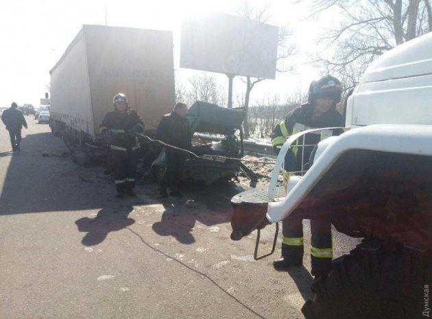 На Киевской трассе легковушка въехала в фуру: водитель погиб