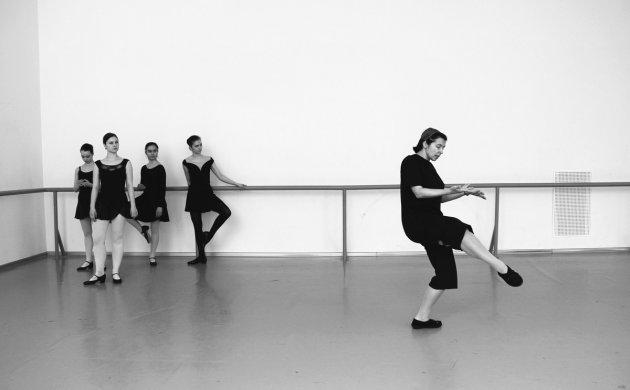 Черно-белые снимки тяжелых будней в балетной школе. Фото