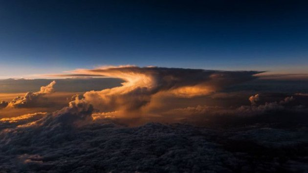 Пилот показал, как выглядит северное сияние на высоте 10 тысяч метров. Фото