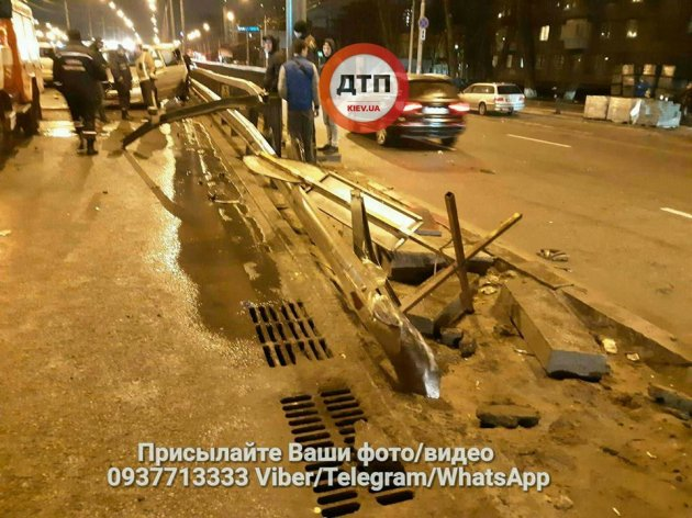 ДТП в Киеве: микроавтобус снес отбойник и «остановил» Chrystler
