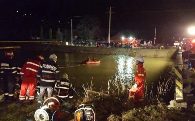 В Румынии микроавтобус рухнул в реку, есть жертвы