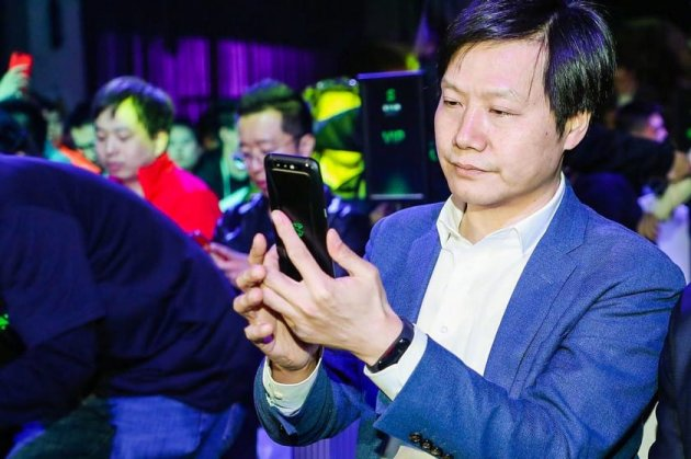 Глава Xiaomi «засветил» еще не вышедший фитнес-браслет