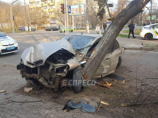 ДТП В Киеве: легковушка врезалась в остановку и два дерева