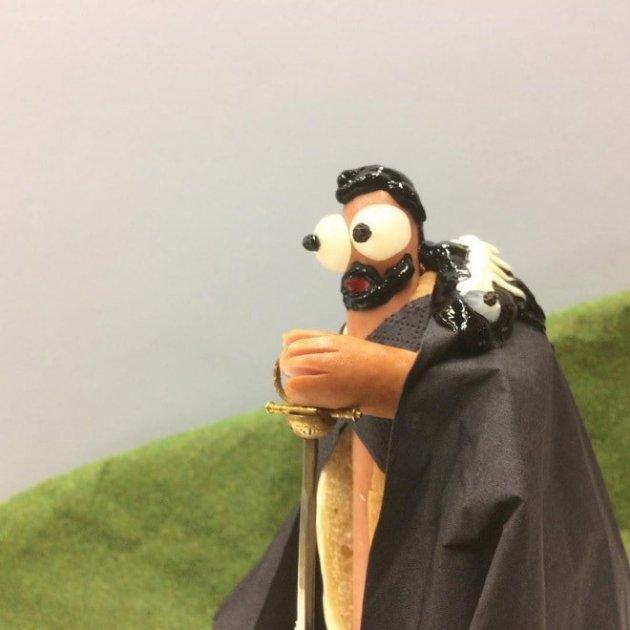 Повар создает героев популярных фильмов из сосисок. Фото