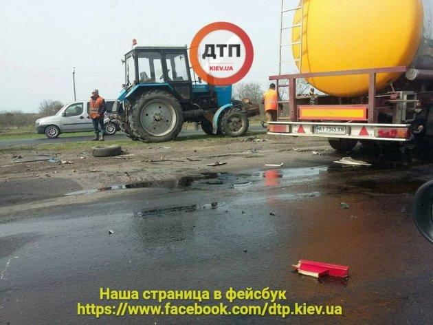 На трассе Киев-Одесса бензовоз влетел в дорожных рабочих