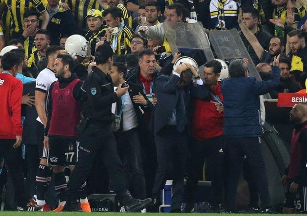 Фанаты проломили голову тренеру «Бешикташа» на матче Кубка Турции