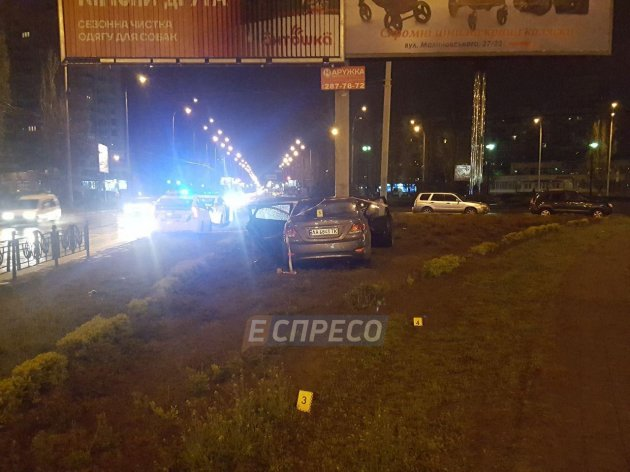 Ночное ДТП в Киеве: легковушка влетела в столб