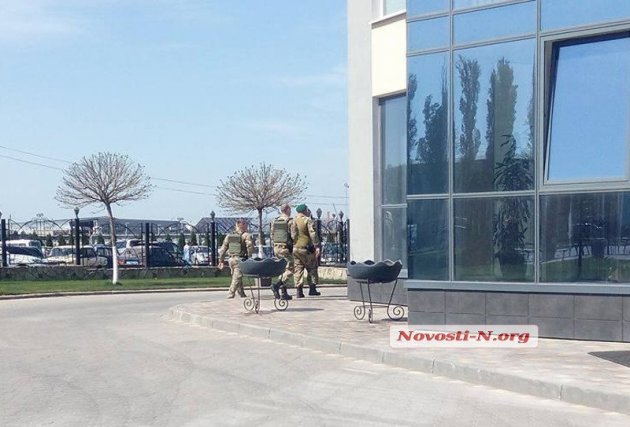 Силовики протаранили ворота николаевского порта. Видео