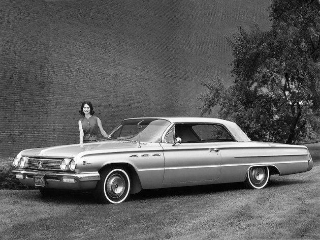Ретро-автомобили и красивые девушки на черно-белых снимках. Фото